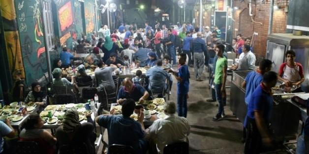 Des Egyptiens dînent dans un restaurant de la banlieue nord du Caire le 1er septembre 2015  © AFP MOHAMED EL-SHAHED