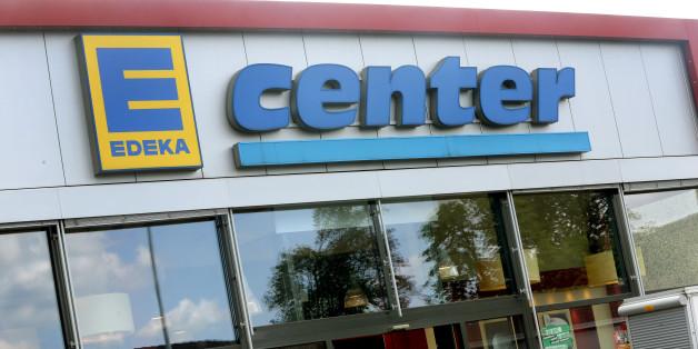 Ein Edeka-Inhaber wehrt sich gegen Gerüchte, Asylbewerber würden seinen Laden leerklauen.