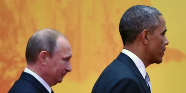 Les présidents américain Barack Obama (d) et Vladimir Poutine, le 11 novembre 2014 au sommet Asie-Pacifique, au nord de Pékin, en Chine
