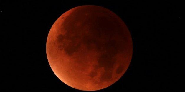 La lune rouge photographiée depuis Essen, dans l'ouest de l'Allemagne, le 28 septembre 2015