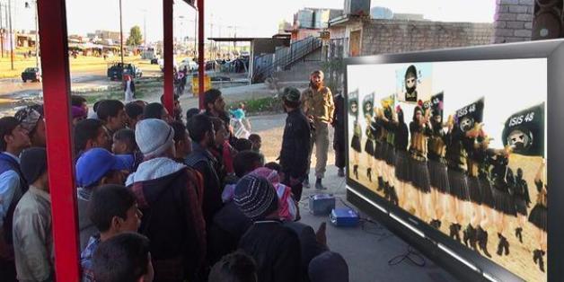 Une image diffusée par Daech sur twitter montrant les films réalisés par la propagande de l'EI