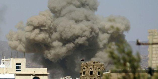 De la fumée au-dessus de la ville de Sanaa après une frappe aérienne de la coalition arabe, le 29 septembre 2015 au Yémen