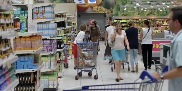 Des clients dans un supermarché à Coutances, dans la Manche, le 18 août 2015