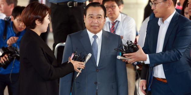 '성완종 리스트'에 연루됐던 이완구 전 국무총리가 2일 오후 첫 공판에 출석하기 위해 서울중앙지법으로 들어서던 중 취재진의 질문을 받고 있다.