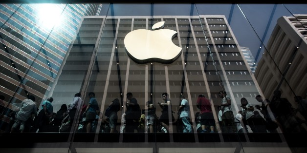 Customers queue inside an Apple store in Hong Kong on September 25, 2015.  Apple was urged to act as rights campaigners said a Chinese touchscreen glass supplier to the smartphone giant was exploiting factory workers. AFP PHOTO / Philippe Lopez        (Photo credit should read PHILIPPE LOPEZ/AFP/Getty Images)