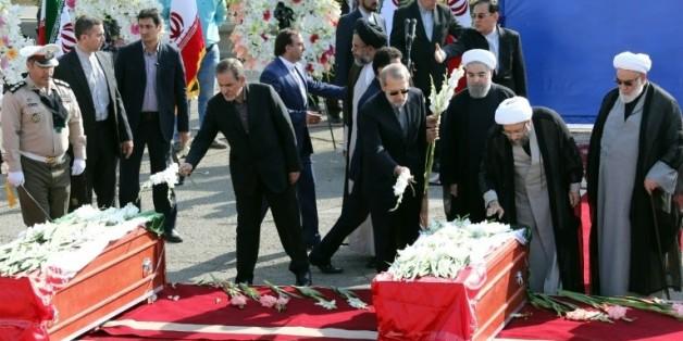 Le président iranien Hassan Rohani (c) et des officiels du gouvernement déposent des fleurs sur les cercueils des pèlerins morts à Mina (la Mecque)