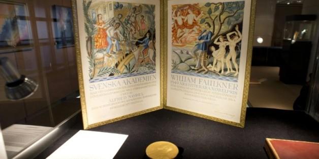 La médaille d'or du prix Nobel de Littérature reçu par l'écrivain William Faulkner en 1949 exposée chez Sotheby's avant une vente aux enchères, le 6 juin 2013 à New York