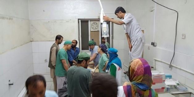 Des chirurgiens afghans de MSF travaillent dans une partie de l'hôpital de l'ONG non touché par les bombardements, le 3 octobre 2015 à Kunduz
