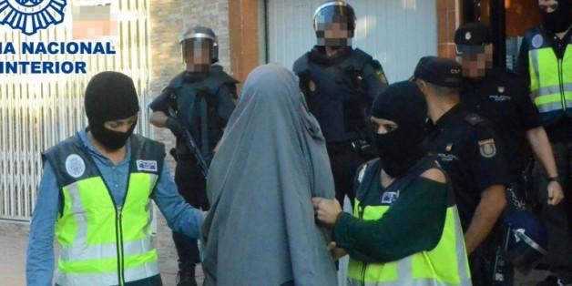 Image fournie par le ministère espagnol de l'Intérieur, le 4 octobre 2015, montrant l'arrestation d'une personne suspectée de recruter pour le compte du groupe Etat islamique en Irak et en Syrie