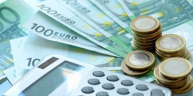 (GERMANY OUT) Finanzen, Geld, Haushalt, Kosten, Taschenrechner und Euro (Photo by Wodicka/ullstein bild via Getty Images)