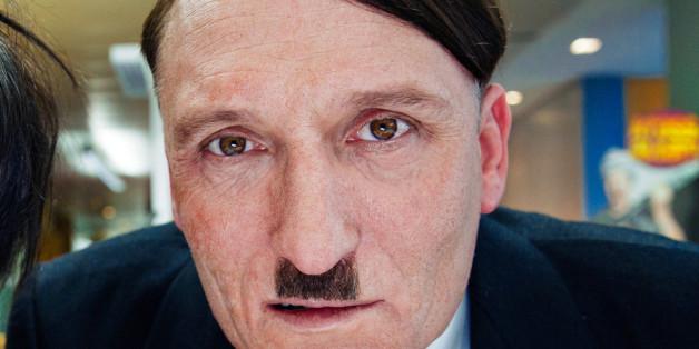 """Oliver Masucci spielt in """"Er ist wieder da"""" Adolf Hitler."""