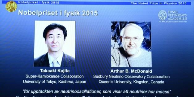 Les portraits des co-lauréats du prix Nobel de physique le Japonais Takaaki Kajita (g) et le Canadien, Arthur B McDonald, le 6 octobre 2015 à Stockholm