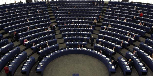 ARCHIV - Blick in das Europa Parlament in Strassburg am 28. Oktober 2008. Die Europawahl am 7. Juni ist fuer das EU-Parlament zugleich ein wichtiges Jubilaeum: Am 7. Juni 1979 wurden die Abgeordneten zum ersten Mal direkt von den Buergern gewaehlt. Bis dahin wurden die Parlamentarier von den Regierungen der einzelnen EU-Staaten entsandt. Mit der Wahl am 7. Juni wird das Europaparlament von derzeit 785 Abgeordneten auf 736 verkleinert. Deutschland als groesster EU-Staat wird aber unveraendert 99
