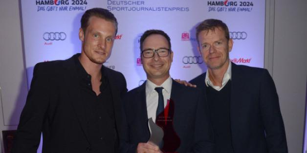 Die Laudatoren, Ex-Nationalspieler Marcell Jansen (li.) und HSV-Vorstand Joachim Hilke (re.), mit Preisträger Matthias Opdenhövel