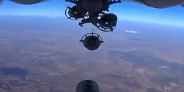 Image tirée d'une vidéo diffusée sur le site du ministère russe de la Défense, le 6 octobre 2015, montrant le largage d'une bombe lors d'une frappe aérienne russe en Syrie