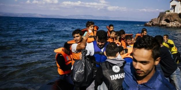 Des migrants et des réfugiés venant de Turquie arrivent sur l'île grecque de Lesbos, le 9 octobre 2015