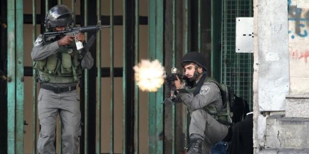 Des forces de l'ordre israéliennes tirent sur des palestiniens avec des balles en caoutchouc près d'un checkpoint à l'est d'Hébron, le 6 octobre 2015