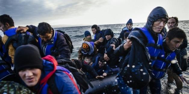 Des jeunes migrants arrivent par bateau sur l'île de Lesbos venant de Turquie le 9 octobre 2015