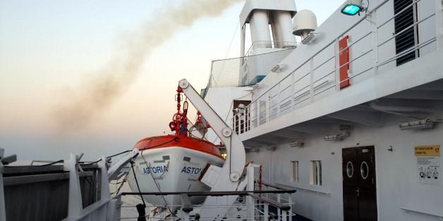 Ein Mann schubste seine Frau zur Seite, um sich von einem sinkenden Kreuzfahrtschiff zu retten