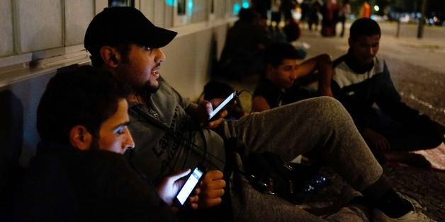Flüchtlinge in Berlin mit ihren Smartphones