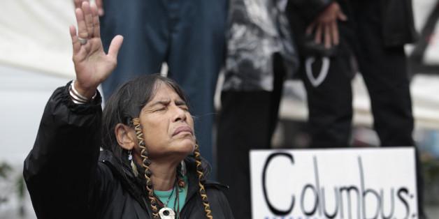 2011년 미국 시애틀에서 '콜롬버스의 날' 반대 시위를 하고 있는 코위찬 원주민 멤버