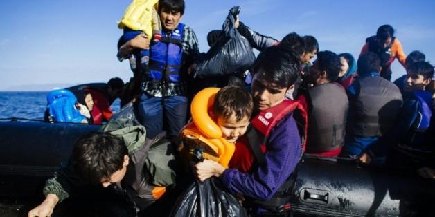 Des migrants débarquent sur l'île grecque de Lesbos en provenance de Turquie le 12 octobre 2015