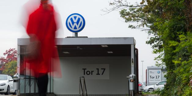 Una empleada de VW entra en una fábrica de la empresa a través de la puerta 17 en Wolfsburgo, Alemania, el 6 de octubre de 2015. (Julian Stratenschulte/dpa via AP)