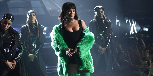 Riri und Selena Gomez performen bei Victoria's Secret.