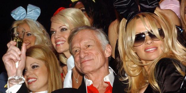 """Gründer und Chefredakteur des US-amerikanischen Männermagazins """"Playboy"""" mit dem seinem Super-Bunny Pamela Anderson (r.)"""