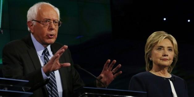 Hillary Clinton et Bernie Sanders, tous deux candidats à l'investiture démocrate s'expriment lors d'un débat télévisé à Las Vegas le 13 octobre 2015
