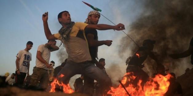 Des jeunes gazaouis affrontent des soldats israéliens à coups de pierre le 13 octobre 2015 à la frontière entre Gaza et Israël