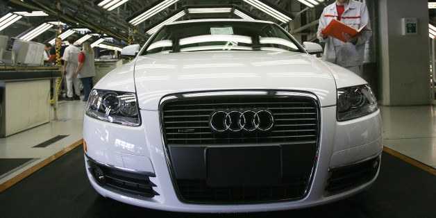 Ein Mitarbeiter der Endkontrolle ueberprueft einen Audi A6 im Lichttunnel in der Produktion bei der Audi AG in Neckarsulm, am Donnerstag, 19. April 2007. (Photo/Daniel Maurer) ----- An employee of Audi AG checking an Audi A6 in the light tunnel at the end of the assembly line of Audi AG in Neckarsulm, southern Germany, on Thursday, April 19, 2007. (AP Photo/Daniel Maurer)