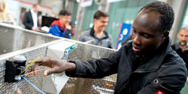 Flüchtlinge arbeiten in München (Bayern) in der Lernwerkstatt auf dem Gelände der Bayernkaserne unter professioneller Anleitung