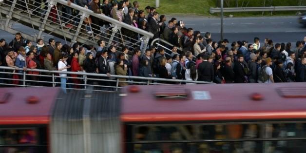 Des colombiens font la queue pour prendre le Transmilenio, réseau de bus de la capitale Bogota, le 13 octobre 2015