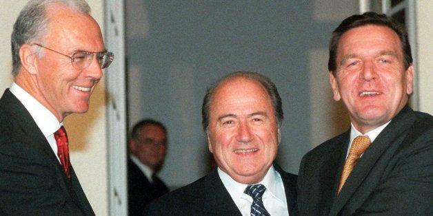 Franz Beckenbauer, Sepp Blatter und Gerhard Schröder (v. l.)