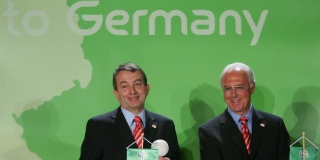 Franz Beckenbauer et Wolfgang Niersbach, alors responsables du Comité d'organisation du Mondial allemand, le 1er février 2006 à Madrid