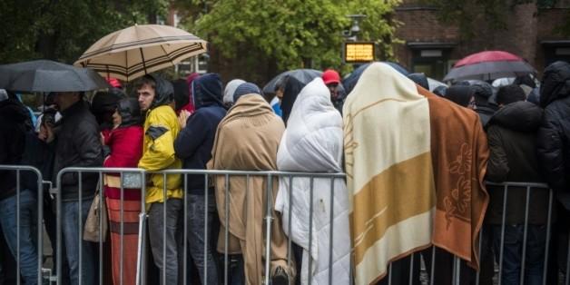 Des réfugiés font la queue devant le principal centre d'enregistrement des demandeurs d'asile à Berlin, le 15 octobre 2015