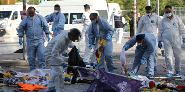 Les enquêteurs sur les lieux du double attentat à Ankara, le 10 octobre 2015