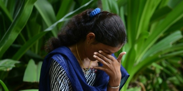 Santa Devi Meghwal fond en larmes le 24 août 2015 à Jodhpur à l'évocation de son mariage noué pendant l'enfance