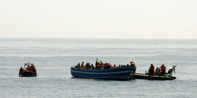 Flüchtlinge auf der Gefährlichen Überfahrt über das Mittelmeer. Foto: dpa