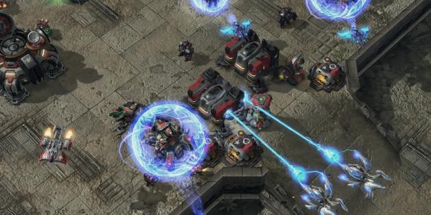 """Redaktionshinweis: Verwendung des Bildes nur zur redaktionellen Berichterstattung und bei Nennung """"Blizzard"""". Ein Screenshot zeigt eine Szene aus dem Computerspiel """"Starcraft 2"""". """"Starcraft 2: Wings of Liberty"""" von Blizzard Entertainment ist in Echtzeit-Strategiespiel. Der Spieler greift auf der Seite der Terraner ein, um die Liga und ihren ruchlosen Anfuehrer Arcturus Mengsk zu Fall zu bringen. Das Spiel bietet strategische Unterhaltung auf hohem Niveau. Es ist freigegeben ab zwoelf Jahren. (zu"""