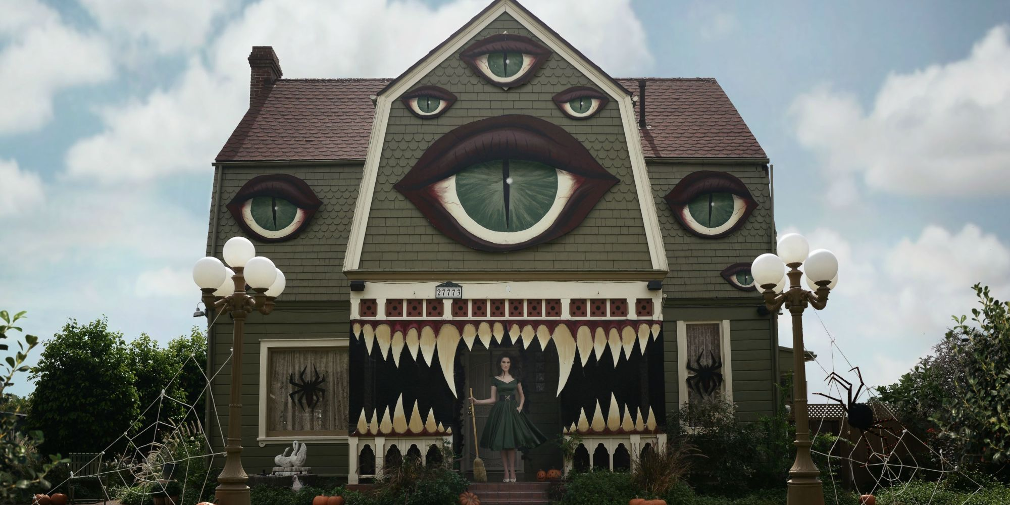 Amazing halloween decoration transforms a house into a for Amazing decoration ideas