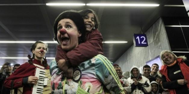 Des membres de l'association Nez rouges viennent divretir les migrants dans la gare de Vienne, le 15 octobre 2015
