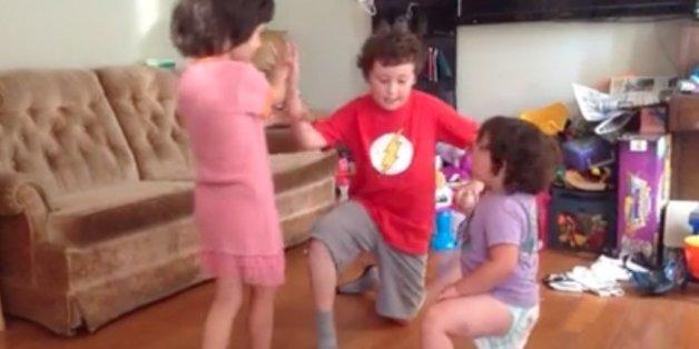 Die Kinder der Neville-Lake-Familie tanzen