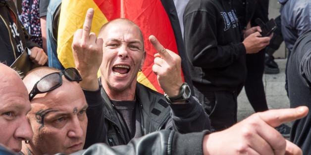 "Demonstranten des rechten ""Widerstand Ost-West"" in Frankfurt im Juni 2015"