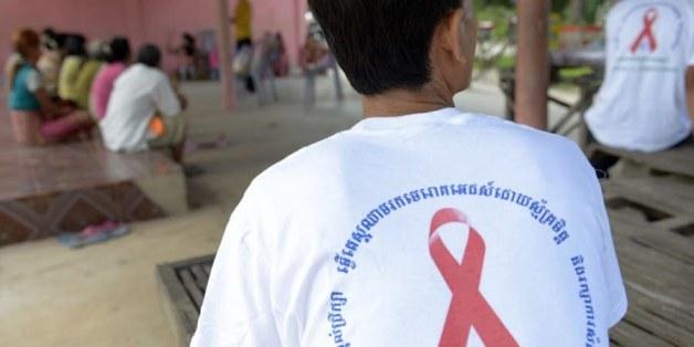 Ouverture du procès au Cambodge d'un médecin accusé d'avoir contaminé un village entier avec le virus du sida