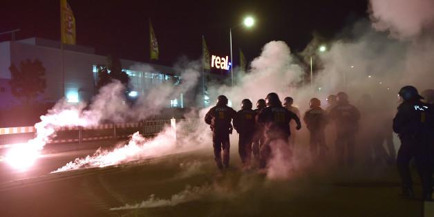 Zusammenstoß zwischen Polizisten und rechten Demonstranten im sächsischen Heidenau im August 2015