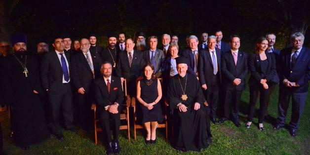 Η Πρέσβης του Ισραήλ, Ιρίτ Μπεν –Άμπα καθισμένη ανάμεσα στον ΡαβίνοDavidRosenκαι τον Μητροπολίτη Γαλλίας, Εμμανουήλ.Πίσω οι θρησκευτικοί ηγέτες και οι άλλοι προσκεκλημένοι της εκδήλωσης