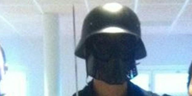 Cette photo, fournie à l'AFP par un élève, montre l'homme masqué et armé d'un sabre, juste avant son attaque dans une école suédoise à Trollhättan, le 22 octobre 2015