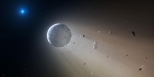 Ein weißer Stern wird von den Trümmern eines auseinanderbrechenden Planeten umkreist (zeichnerische Darstellung der Szene)